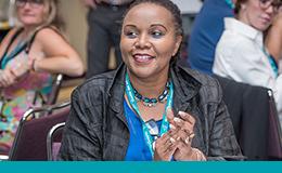 Une personne participant au Forum 2016 sur l'amélioration de la qualité et la sécurité des patients visionne une séance