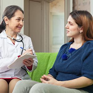 Femme parlant à son médecin.