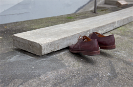 Eric Hattan, Now way, béton, chaussures (détail), 2015