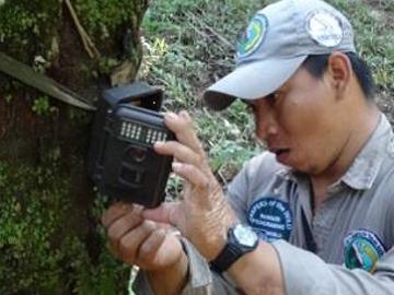 Ranger Rene checks a camera-trap. © Asociación Armonía.