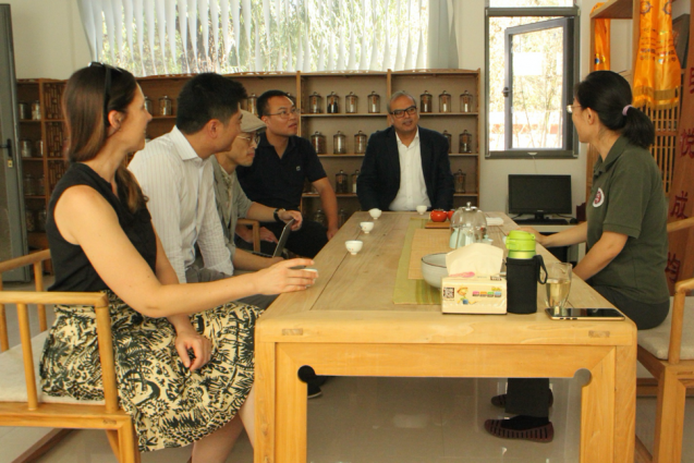 In August 2019, researchers Allison Bridges, Dong Guo, Satyajit Bose, and Anyi Wang from the Research Program on Sustainability Policy and Management of the Earth Institute at Columbia University visited the Hyde Academy in Beijing. The research team interviewed Principal Xie Kang (right) about the sustainability curriculum she implemented in the school.